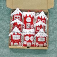 Набор красно-белых елочных игрушек-домиков из фетра (№13396, Готовая работа, 2900р.)